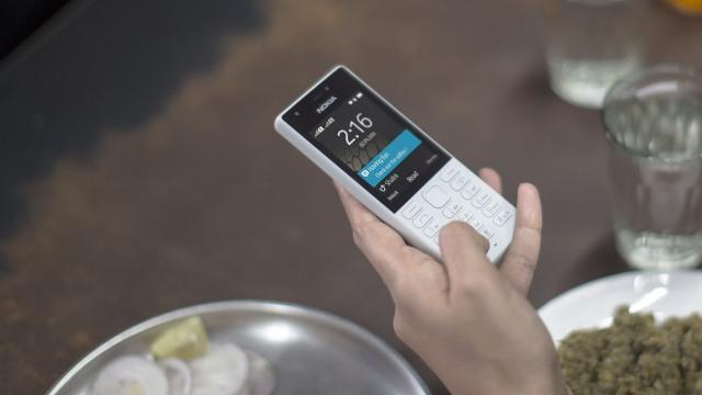 Menggunakan hape Nokia 216