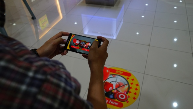 Permainan berbasis Augmented reality Throw Ball di gerai Indosat Ooredoo