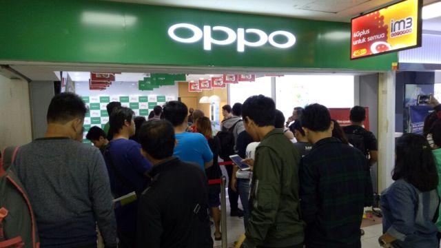 Antrian pengambilan OPPO Raisa Phone di Mall Ambassador