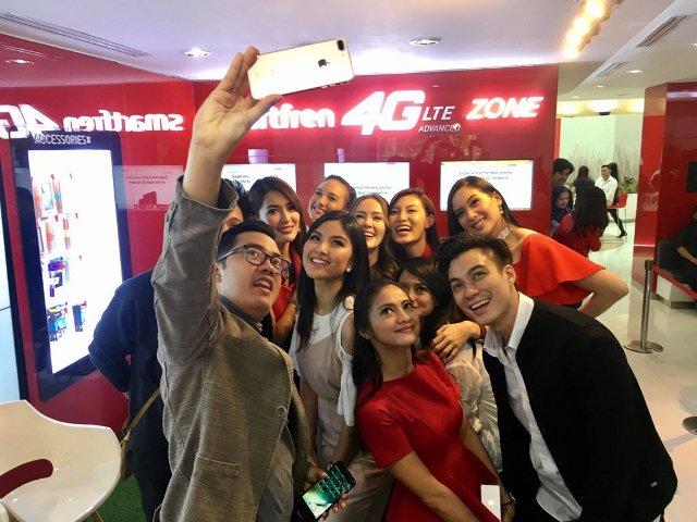 group-fie artis pada penjualan perdana iPhone 7 resmi di galeri Smartfren Sabang