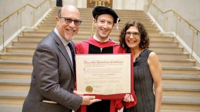 Mark Zurkerberg jadi sarjana