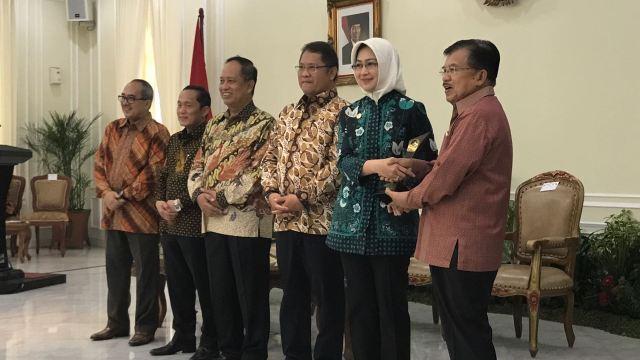 Penyerahan penghargaan Rating Kota Cerdas Indonesai 2017 oleh Wakil Presiden Indonesia, Bapak Yusuf Kalla