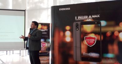 Suryadi Willim memperkenalkan Evercoss U50A Max