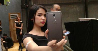 Model sedang melakukan selfie dengan Infinix X2 Pro