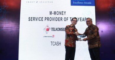 Danu Wicaksana, CEO T-CASH, menerima Penghargaan M-Money Service Provider of The Year dari Frost & Sullivan Indonesia Excellence Award 2017