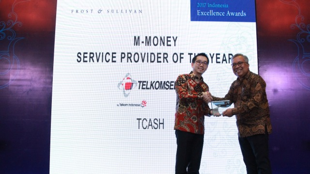 Danu Wicaksana, CEO T-CASH, menerima Penghargaan M-Money Service Provider of The Year dari Frost & Sullivan Indonesia Excellence Award 2017