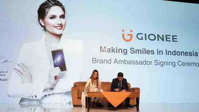 Cinta Laura menandatangai kontrak kerja sebagai Brand Ambassador Gionee Indonesia
