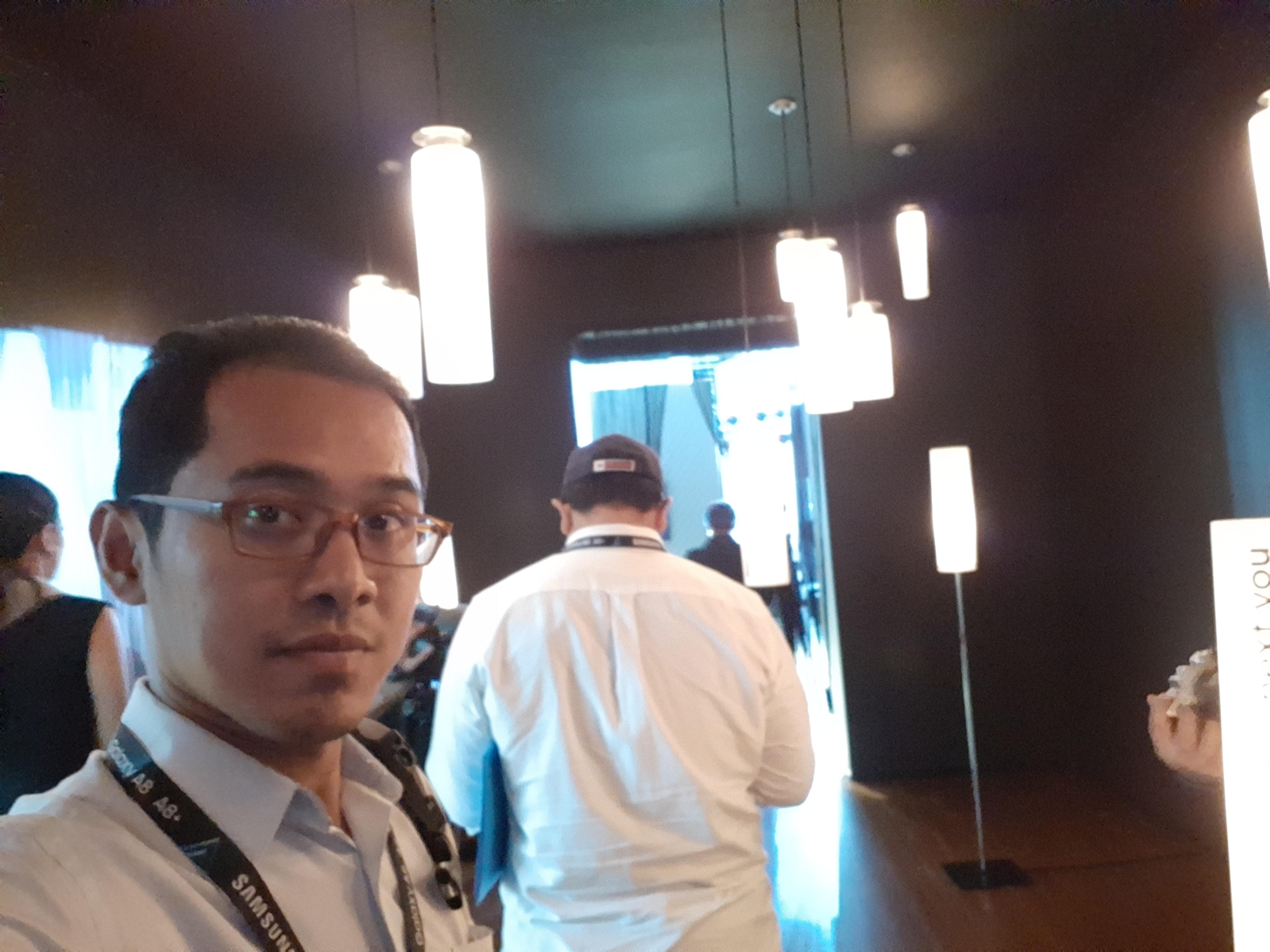 Hasil foto selfe Galaxy A8 2018 di kondisi ruangan yang bisa dikatakan gelap.