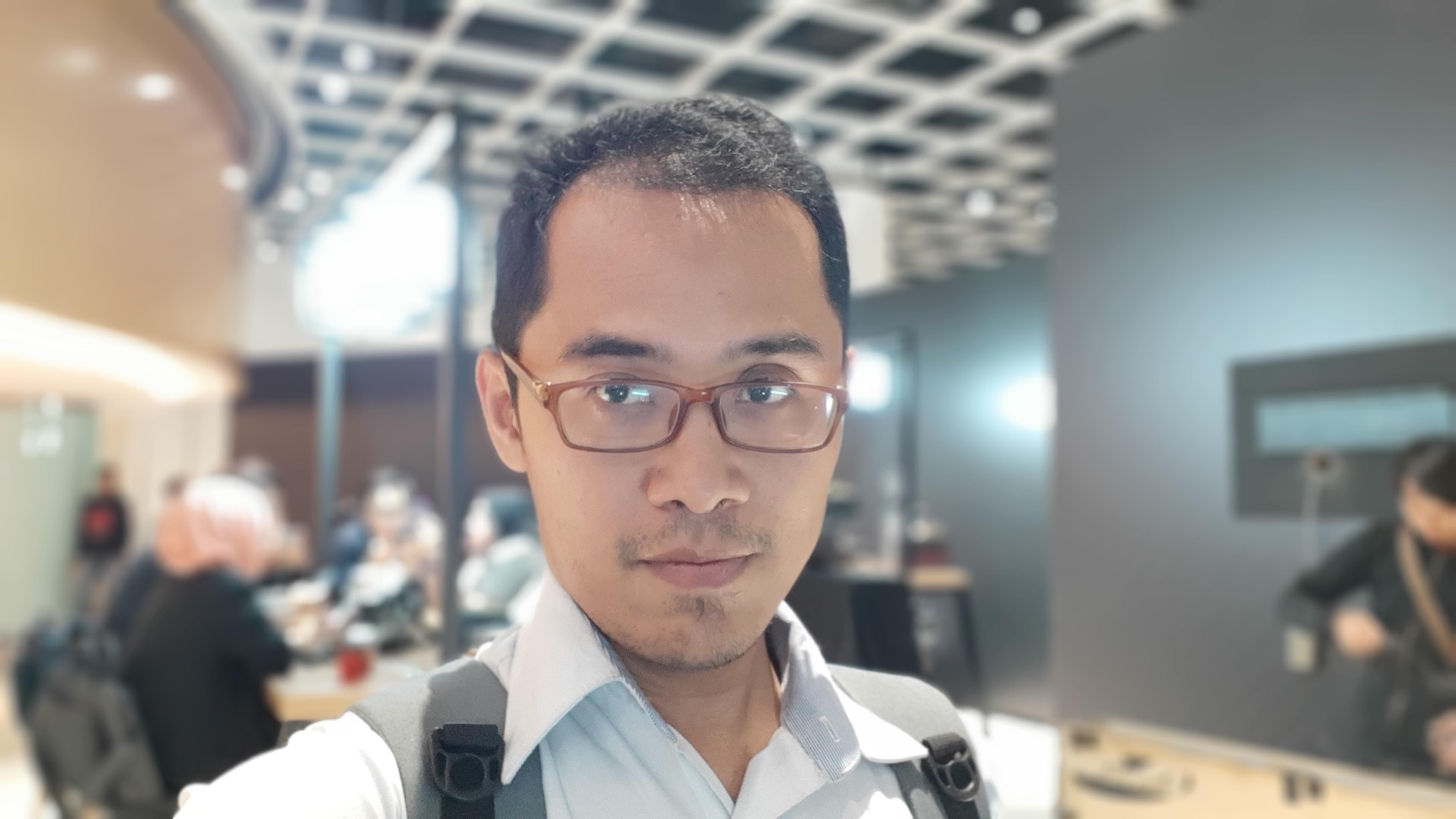"""Hasil foto Selfie Galaxy A8 2018 dengan fitur """"Live Focus"""" yang benarbenar rapi,"""